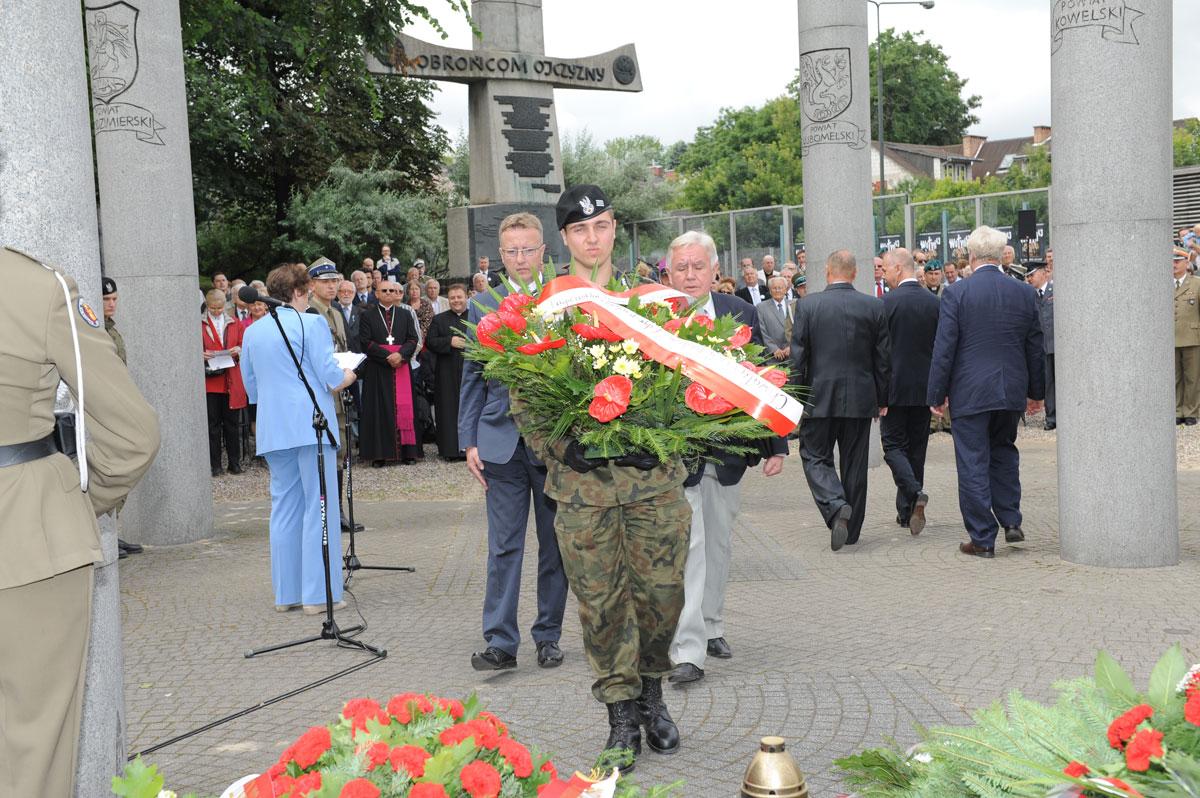 Pamiętajmy ookrutnej, bestialskiej rzezi naWołyniu dokonanej przezUkraińców naponad 60 tysiącach niewinnej ludności polskiej.